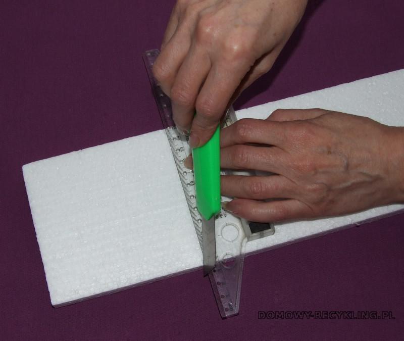 Ostrym nożykiem przycinamy odpowiedni kawałek styropianu