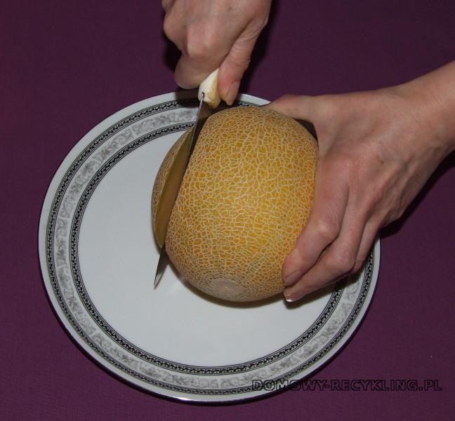 Odcinamy małą część melona