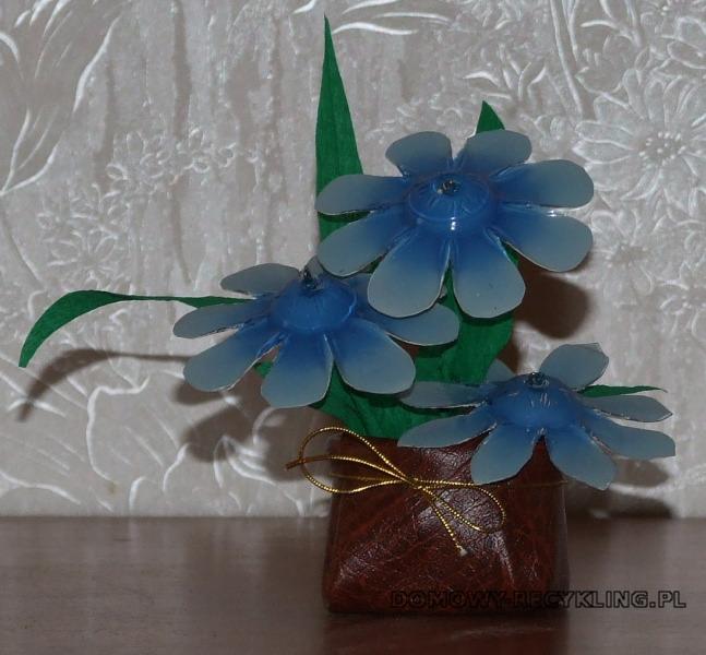 Kwiaty z plastikowych butelek w wazonie