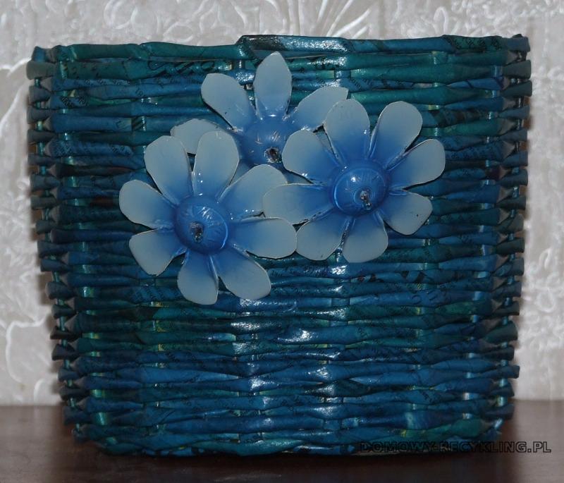Pomalowane kwiaty mogą ozdabiać osłonki na doniczki