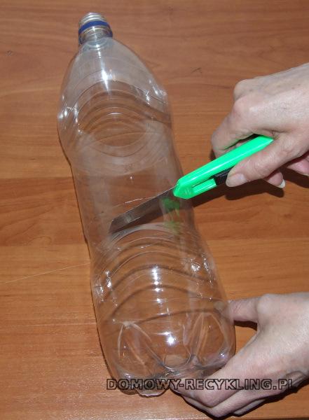 Butelkę przecinamy ostrym nożem