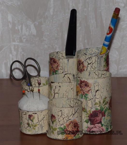Przybornik na biurko z rolek po papierze toaletowym połączony z poduszeczką na igły