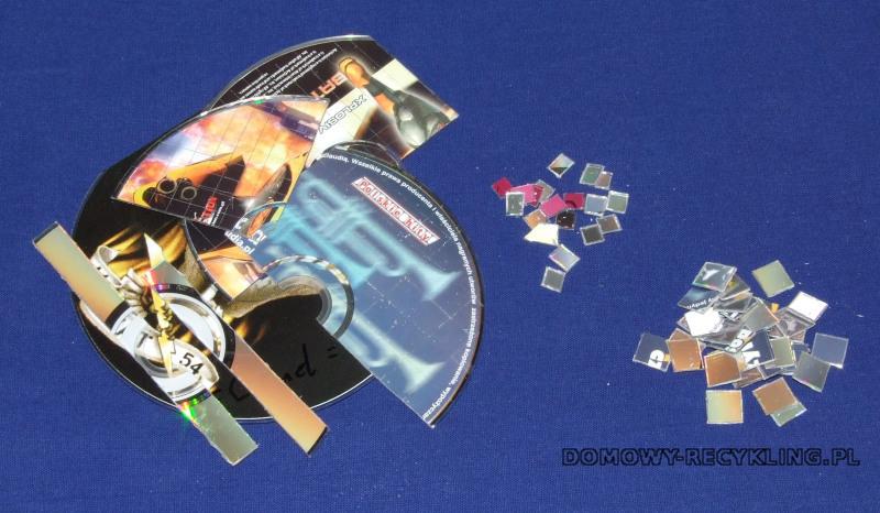 Niepotrzebne płyty CD tniemy na małe kwadraty różnej wielkości - przydadzą się do wykonania ozdób choinkowych
