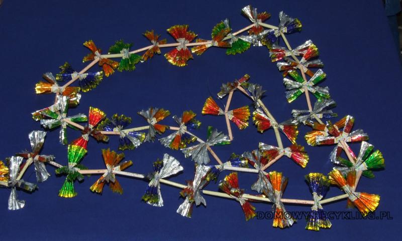 Łańcuch na choinkę zrobiony z papierków po cukierkach i wikliny papierowej