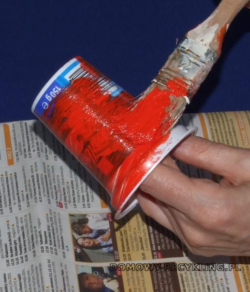 Pojemnik plastikowy maluję czerwoną farbą akrylową