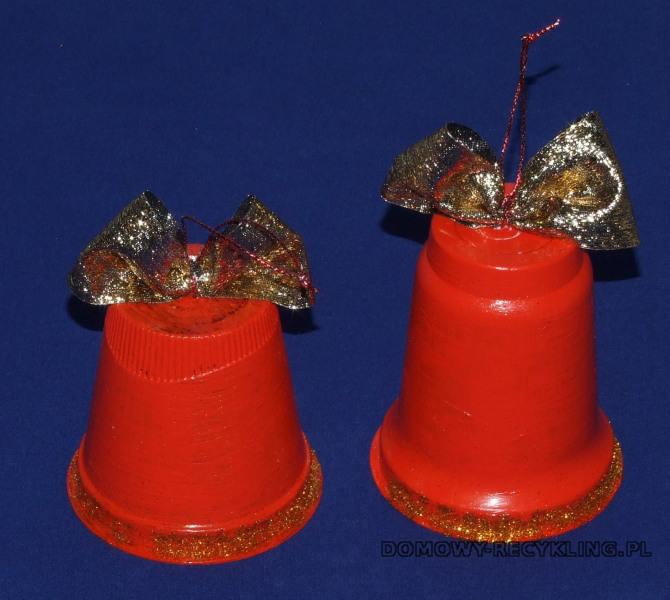 Dzwonki na choinkę wykonane z plastikowych pojemników