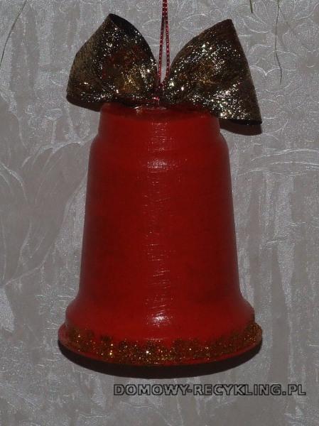 Dzwonek na choinkę wykonany z plastikowego pojemnika