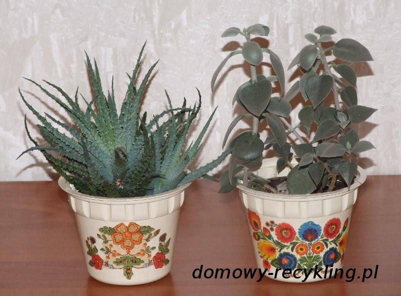 Kwiaty w osłonkach wykonanych z pojemników plastikowych ozdobionych techniką decoupage