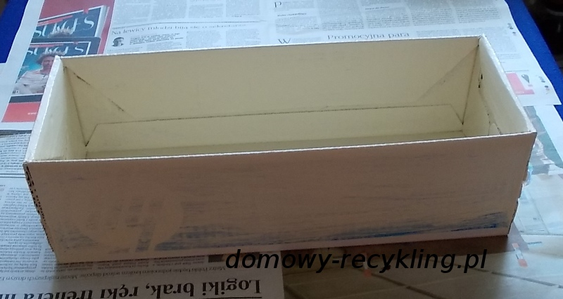 Karton trzeba pomalować farbą akrylową