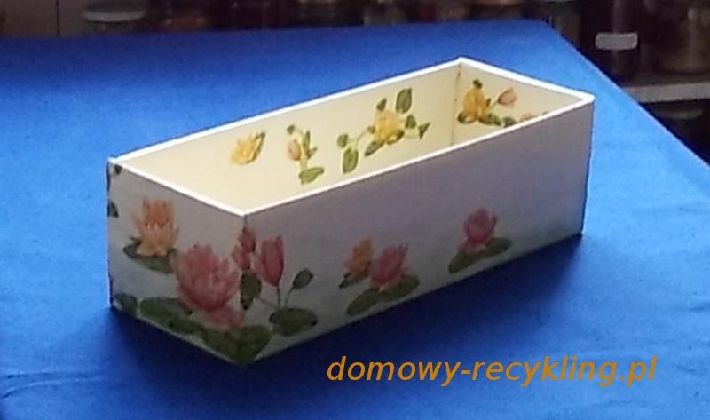 Pomalowany karton można już ozdobić techniką decoupage