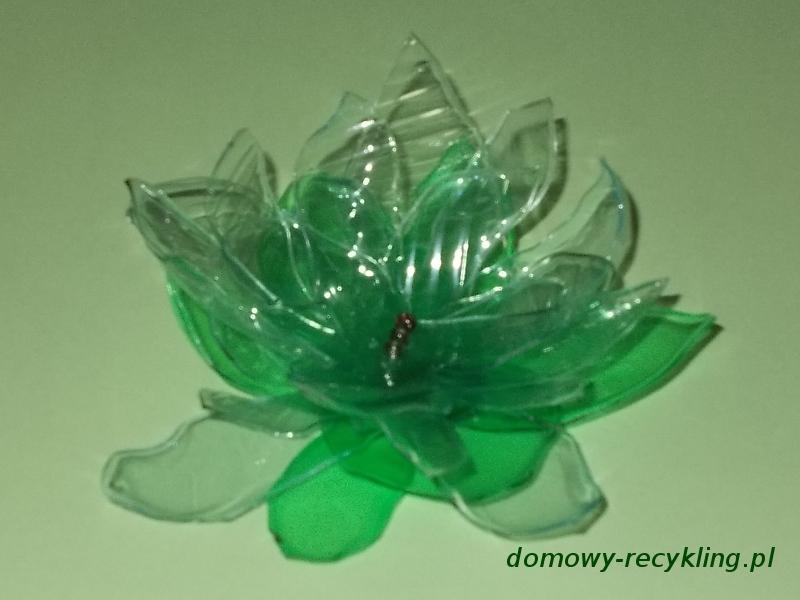 Broszka biało-zielona z plastikowej butelki