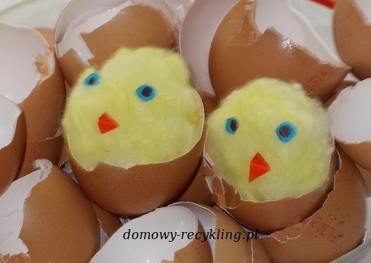 Kurczaczki wykluwające się z jajka - dekoracja wielkanocna