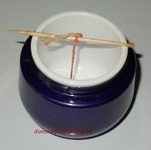 Opakowanie po kremie użyte jako forma do wyrobu świeczki