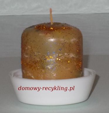 Świeczka wykonana z resztek w pojemniku po kremie