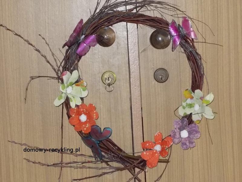 Wiosenny wianek ozdobiony motylkami z butelek plastikowych i kwiatów z wytłaczanek