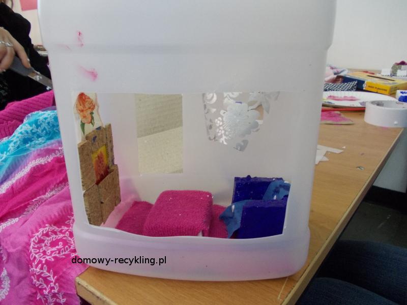 W domku z plastikowej butelki - kominek z korka